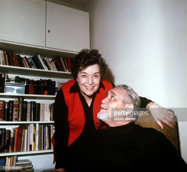 Der Bühnen- und Filmschauspieler Gustav Knuth im März 1971 mit seiner zweiten Frau, der Schauspielerin Elisabeth Lennartz. Als 17-Jähriger riss er...