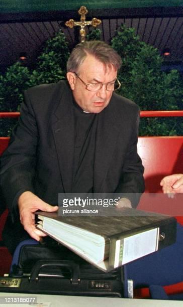 Der Bischof von Mainz und Vorsitzende der Bischofskonferenz Karl Lehmann packt zu Beginn der Deutschen Bischofskonferenz am 2221999 in Lingen seine...