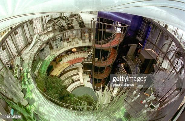 Der Blick mit dem FisheyeObjektiv betont die auffallende Rundkonstruktion der Cyclebowl des Pavillons des Dualen Systems auf dem ExpoGelände in...