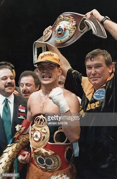 Der Boxer Darius Michalczewski freut sich zusammen mit seinem Trainer Fritz Sdunek über den Sieg gegen Virgil Hill Der Tiger besiegte in dem WMKampf...