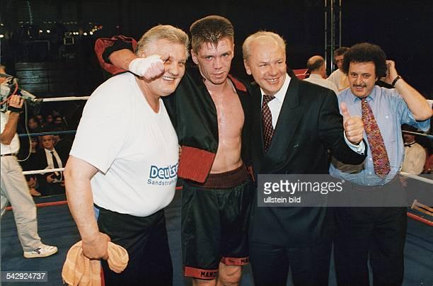 Der Boxer Graciano Rocchigiani umarmt nach einem Kampf seinen Trainer Wolfgang Wilke und seinen Promoter KlausPeter Kohl Undatiertes Foto