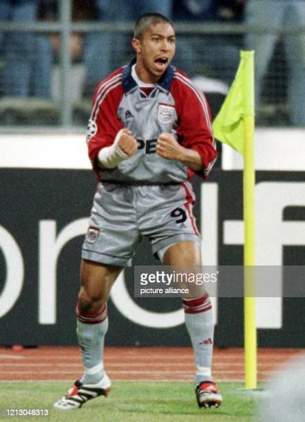 Der brasilianische BayernStürmer Giovane Elber bejubelt an der Eckfahne sein 10Führungstor Der FC Bayern München gewinnt am 331999 im heimischen...