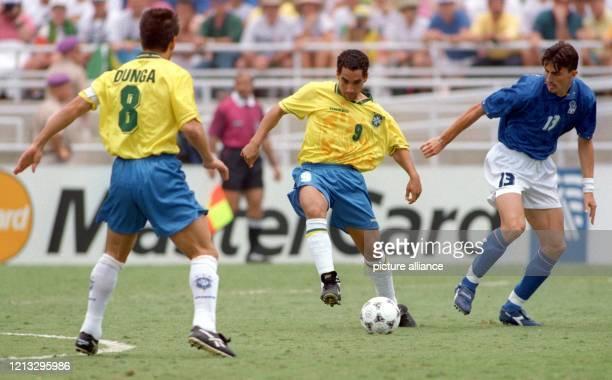 Der brasilianische Mittelfeldspieler Zinho am Ball vor seinem Teamgefährten und Kapitän Carlos Dunga und dem italienischen Mittelfeldspieler Dino...