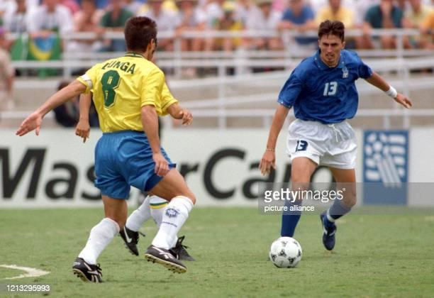 Der brasilianische Mittelfeldspieler Zinho und Carlos Dunga im Kampf um den Ball mit dem italienischen Mittelfeldspieler Dino Baggio Brasiliens...
