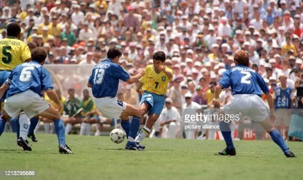 Der brasilianische Stürmer Bebeto im Zweikampf mit dem italienischen Mittelfeldspieler Dino Baggio . Bebetos Teamgefährte Mauro Silva und Baggios...