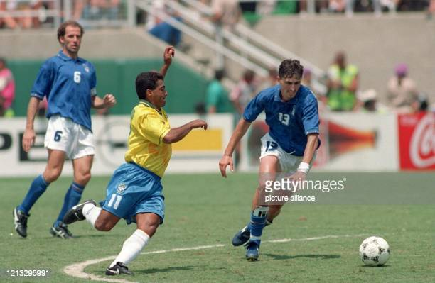 Der brasilianische Stürmer Romario im Zweikampf mit dem italienischen Mittelfeldspieler Dino Baggio dessen Kapitän Franco Baresi zuschaut Brasiliens...
