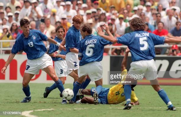 Der brasilianische Stürmer Romario wird von der vielbeinigen italienischen Abwehr gestoppt Um den Ball kämpfen bei den Italienern Dino Baggio Antonio...