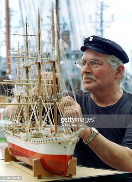 """Der Bremerhavener Modellbootbauer Hans Holte arbeitet am 16.8.2000 vor der Kulisse des Neuen Hafens an dem Modell des Viermast-Vollschiffes """"Le..."""