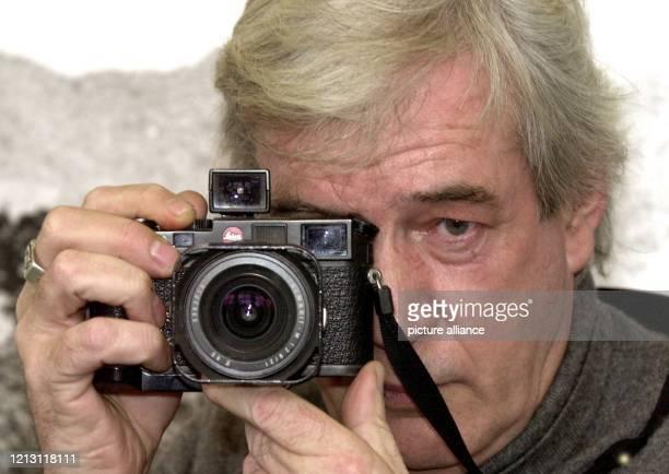 Der britische Fotograf Tim Page fotografiert mit seiner LeicaSucherkamera aufgenommen am 922000 in Düsseldorf Der aus Tunbridge Wells in der...