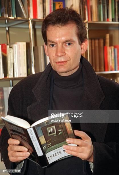 """Der britische Romanautor Graham Swift mit seinem ins Deutsche übersetzten Buch """"Letzte Runde"""" am 4.2.1997 in Hamburg. Für sein jüngstes Buch """"Last..."""