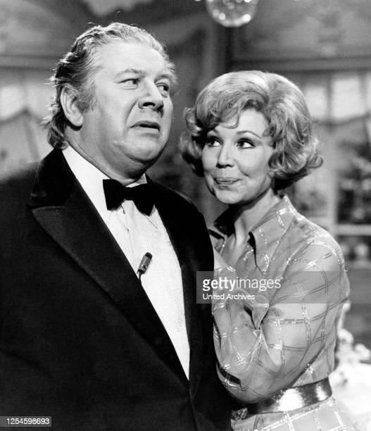"""Der britische Schauspieler Sir Peter Ustinov mit Anneliese Rothenberger in der ZDF Show """"Anneliese Rothenberger gitb sich die Ehre"""" am 14 April 1974,..."""