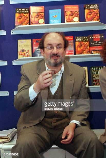 Der britische Schriftsteller Salman Rushdie am 7.10.1998 auf der Internationalen Buchmesse in Frankfurt an einem Stand vor Ausgaben seiner Werke. Der...