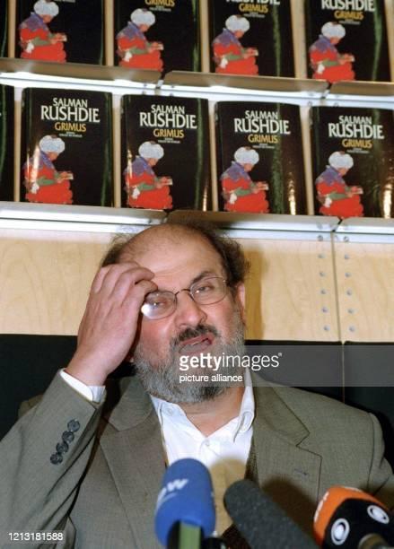 Der britische Schriftsteller Salman Rushdie stellt am 7.10.1998 auf der Internationalen Buchmesse in Frankfurt sein 1975 veröffentlichtes, aber erst...