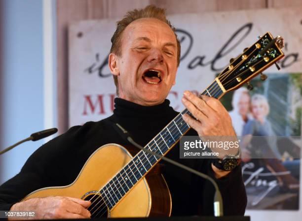 """Der britischen Rockstars Sting steht am in Düsseldorf beim Besuch der Messe """"ProWein"""" bei einer Pressekonferenz mit seiner Gitarre am Rednerpult und..."""
