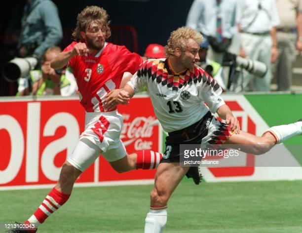 Der bulgarische Abwehrspieler Trifon Iwanow versucht den deutschen Stürmer Rudi Völler zu bewachen Beide erwarten einen Passball Die deutsche...