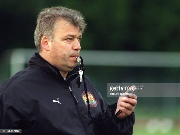 Der bulgarische Fußball-Nationalmannschaftstrainer Hristo Bonev, 96facher Internationaler seines Landes, leitet am 25.5.1998 in der Sportschule...