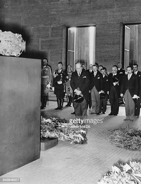 Der bulgarische Ministerpräsident bei einer Kranzniederlegung im Ehrenmal ander Strasse Unter den Linden ganz rechtsder bulgarische Gesandte in...