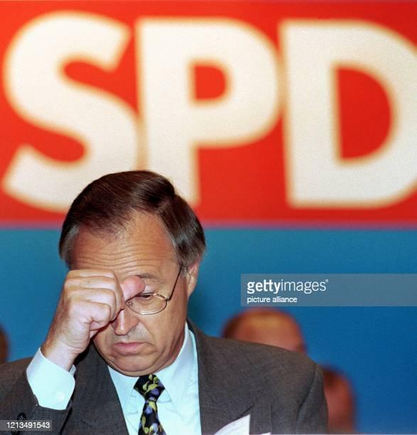 Der Bundesfinanzminister und Landesvorsitzende der hessischen SPD, Hans Eichel, hält sich am 21.8.1999 während des Landesparteitages der hessischen...