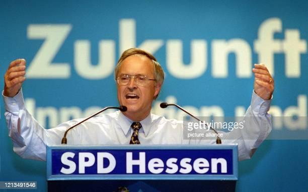 Der Bundesfinanzminister und Landesvorsitzende der hessischen SPD, Hans Eichel, hält am 21.8.1999 während des Landesparteitages der hessischen...