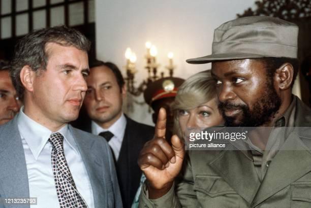 Der Bundesminister für wirtschaftliche Zusammenarbeit Rainer Offergeld trifft während einer Reise nach Mosambik mit Staatspräsident Samora Machel zu...