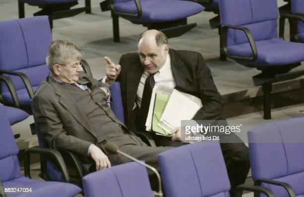 Der Bundestagsfraktionsvorsitzende von Bündnis '90 / Die Grünen Rezzo Schlauch sitzt gemeinsam mit Joschka Fischer dem Bundesaussenminister von...