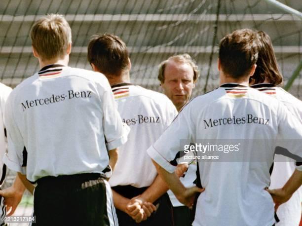 Der Bundestrainer Berti Vogts gibt vor dem Training am 271998 in Nizza Anweisungen an seine Spieler Vogts ist am 791998 von seinem Amt zurückgetreten...