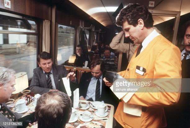 """Der Bundesverkehrsminister Volker Hauff löst am 16.3.1982 seine bei """"Wetten, dass..."""" verlorene Wette ein und arbeitet einen Tag lang als..."""