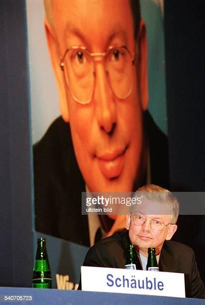 Der CDUPolitiker Roland Koch Ministerpräsident von Hessen auf einer Parteiveranstaltung in Kassel Vor ihm stehen geöffnete Wasserflaschen und ein...