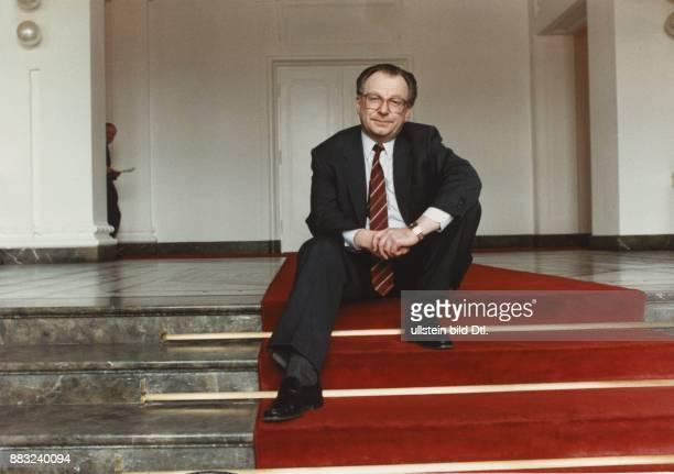 Der CDUPolitiker und Ministerpräsident von BadenWürttemberg Lothar Späth auf einem roten Treppenläufer sitzend Undatiertes Foto