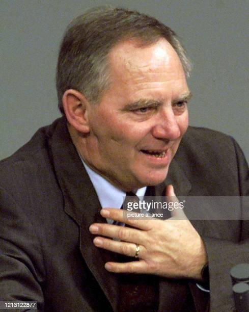 Der CDUVorsitzende und Fraktionschef Wolfgang Schäuble entschuldigt sich am 2012000 vor dem Bundestag in Berlin umfassend für seine Partei und sein...