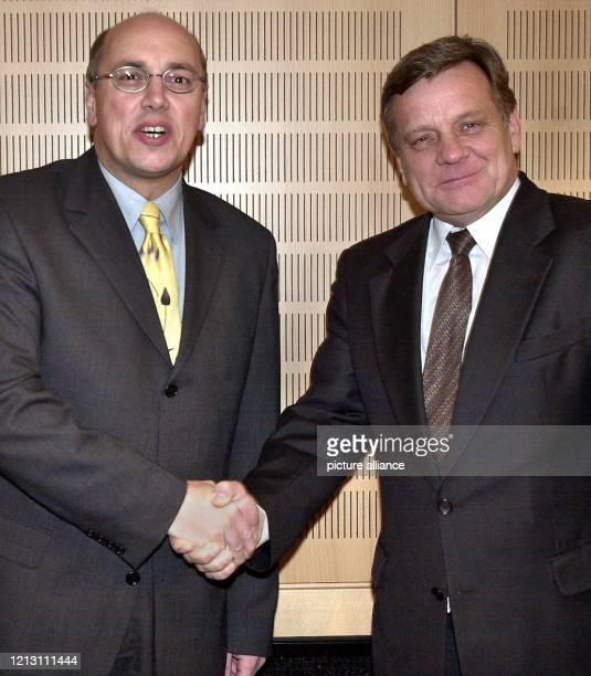 Der Chef der Deutschen Bahn, Hartmut Mehdorn , wird am in Berlin von Bundesverkehrsminister Kurt Bodewig begrüßt. Mehdorn stattete dem neuen Minister...