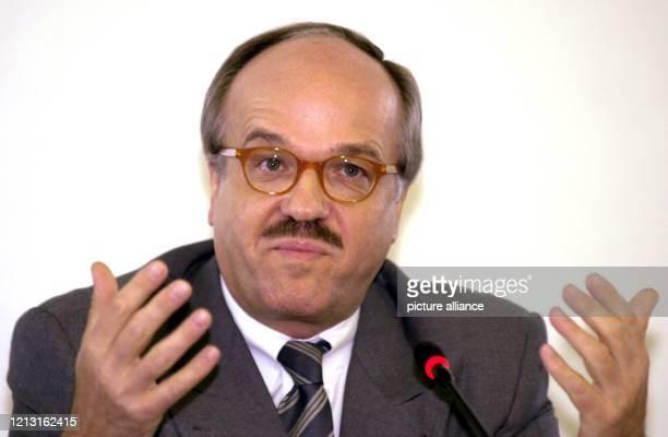 Der Chef der Dresdner Bank, Bernd Fahrholz, erläutert am 26.7.2000 auf einer Pressekonfernz in Frankfurt das Ende der Sondierungsgespräche mit der...