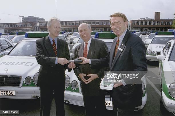 Der Chef der Hamburger Mercedesniederlassung Burghard von Cramm hält ein Spielzeugauto der Polizei in der Hand und überreicht dem Polizeichef...