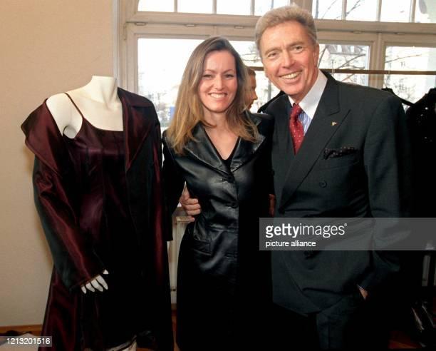 Der Chef des Münchner Modehauses Escada,Wolfgang Ley, und seine Designerin Katharina Krumholz präsentieren am 15.1.1999 in München ein rotes...