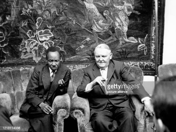 Der Chefminister der in diesem Jahr unabhängig werdenden britischen Kolonie Tansania Julius Nyerere am 23 Januar 1961 in Bonn im Gespräch mit...