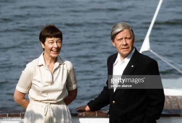 ARCHIV Der damalige Bundeskanzler Helmut Schmidt und seine Frau Loki genießen ihren Urlaub am Brahmsee in SchleswigHolstein Loki Schmidt ist in der...