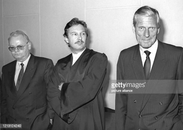 Der damalige CDU-Schatzmeister Walther Leisler Kiep und sein Generalbevollmächtigter Uwe Lüthje stehen am 17.5.1999 gemeinsam mit Verteidiger Dr....