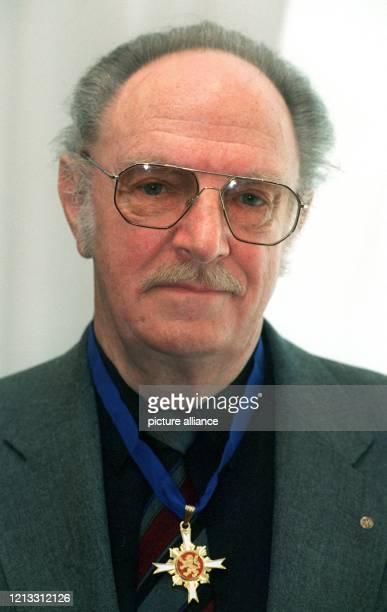 Der Darmstädter Autor, Regisseur und Schauspieler Robert Stromberger präsentiert sich am 14.2.1997 in Wiesbaden mit dem Hessischen Verdienstorden,...