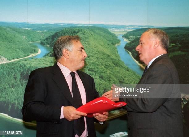 Der designierte Bundesfinanzminister Oskar Lafontaine am im Gespräch mit seinem französischen Amtskollegen Dominique Strauss-Kahn in Saarbrücken....