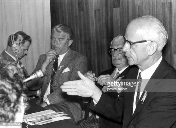 Der deutschamerikanische Physiker und Raketenspezialist Ernst Stuhlinger mit Wernher von Braun und Herbert Oberth im Juni 1969 in Salzburg während...