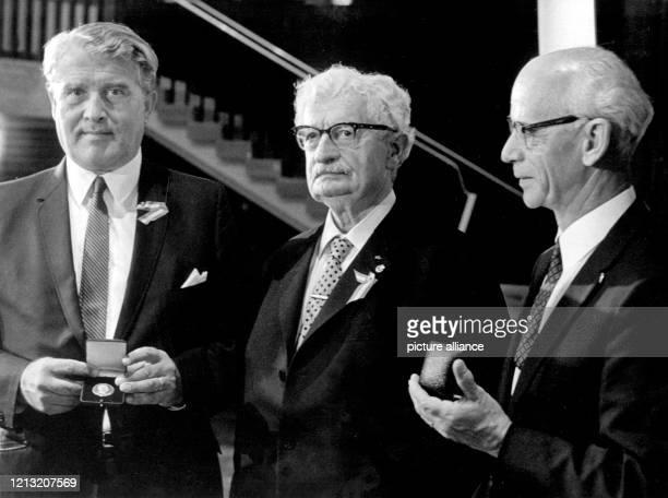Der deutschamerikanische Physiker und Raketenspezialist Ernst Stuhlinger und Wernher von Braun werden im Juni 1969 in Salzburg als erste Preisträger...