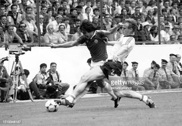 Der deutsche Abwehrspieler Hans-Peter Briegel versucht den chilenischen Stürmer Patricio Yanez vom Ball zu trennen. Die deutsche...