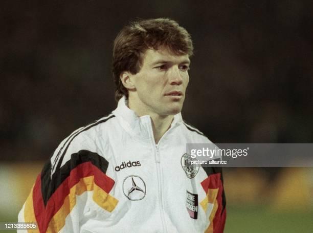 Der deutsche Abwehrspieler Lothar Matthäus am im Köln-Müngersdorfer Stadion beim Hören der Hymnen vor dem Fußball-Länderspiel gegen Brasilien . Der...