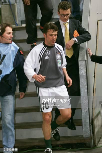 Der deutsche Abwehrspieler Lothar Matthäus läuft am 2322000 in der AmsterdamArena zum Spielfeld Der 38jährige vom FC Bayern München absolviert im...
