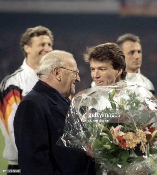 Der deutsche Abwehrspieler Lothar Matthäus wird am im Köln-Müngersdorfer Stadion vor dem Fußball-Länderspiel gegen Brasilien von DFB-Präsident...