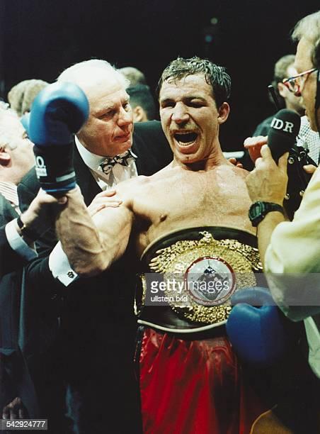 Der deutsche Boxer Markus Bott freut sich zusammen mit dem Veranstalter KlausPeter Kohl über seinen Weltmeistertitel im Cruisergewicht 1993 Bott...