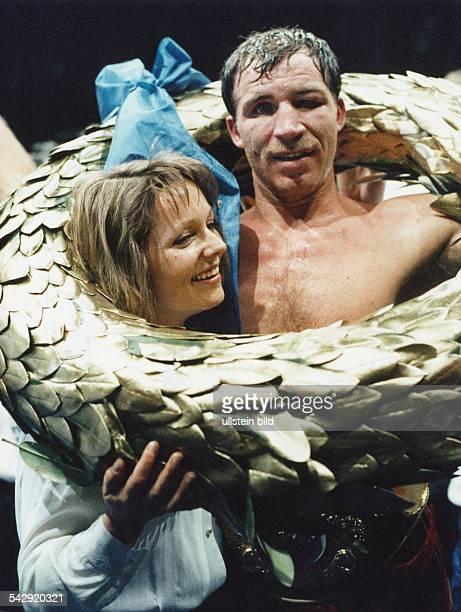Der deutsche Boxer Markus Bott jubelt zusammen mit seiner Ehefrau Sylvia über seinen Weltmeistertitel im Cruisergewicht 1993 Bott hatte Tyron Booze...