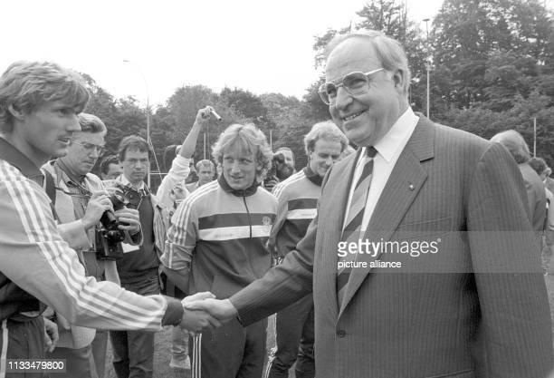 Der deutsche Bundeskanzler Helmut Kohl besucht am 12 Juni 1984 die deutsche FußballNationalmannschft in ihrem EMQuartier in SaintGermainenLaye Kohl...