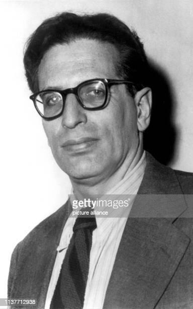 Der deutsche Dirigent Professor Kurt Sanderling im Jahr 1956. . Er wurde am 19.9.1912 in Arys in Ostpreußen geboren. 1930 engagierte ihn die...
