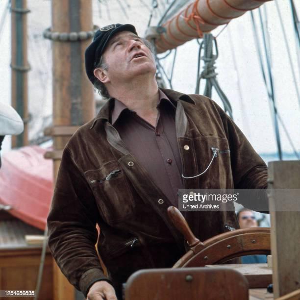 Der deutsche Entertainer und Showmaster Hans Joachim Kulenkampff als Steuermann, Deutschland 1970er Jahre.
